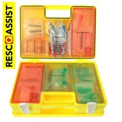 opengeklapte felgele verbandkoffer met gekleurde binnenplaten