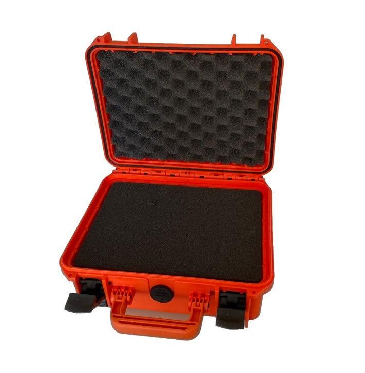 Oranje waterdichte verbandkoffer opngeklapt met zwart foam.