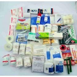 Inhoud sportvebandkoffer op tafel met zeer veel verbandmiddelen