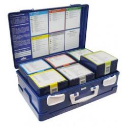 open blauwe verbandkoffer met 6 doosjes gevuld met verbandmiddelen.
